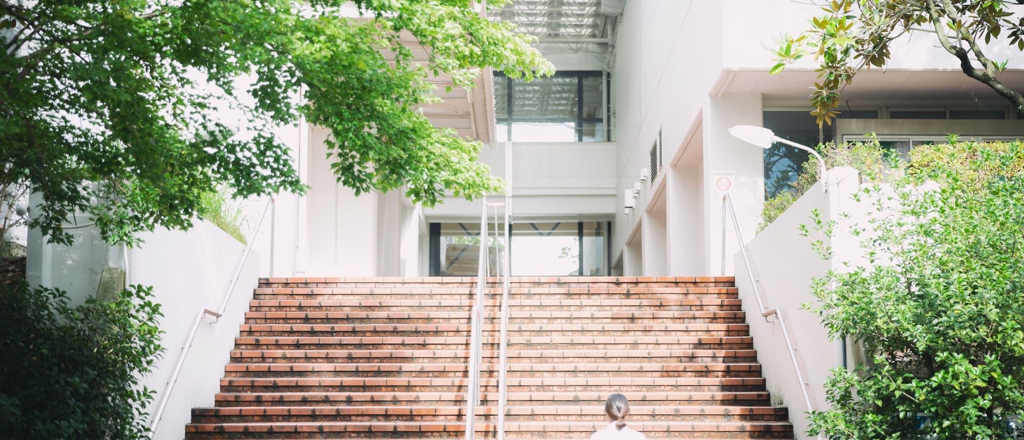写真:校内のレンガ調の階段