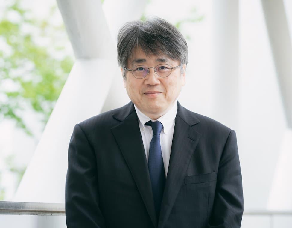 写真:スーツを着た大八木教授