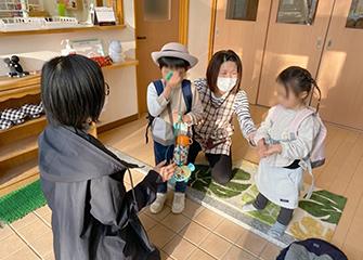 画像:愛媛大学附属病院内の保育施設では、勤務に合わせた受け入れ態勢を整えています