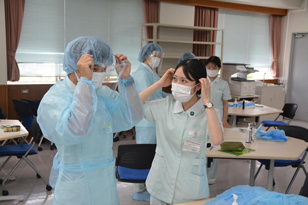 文部科学省「感染症医療人材養成事業」看護学科オリエンテーションにおける感染防御演習を実施しました